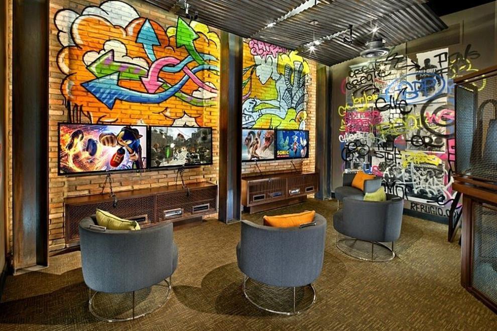 Домашний театр с расписанными граффити стенами фото