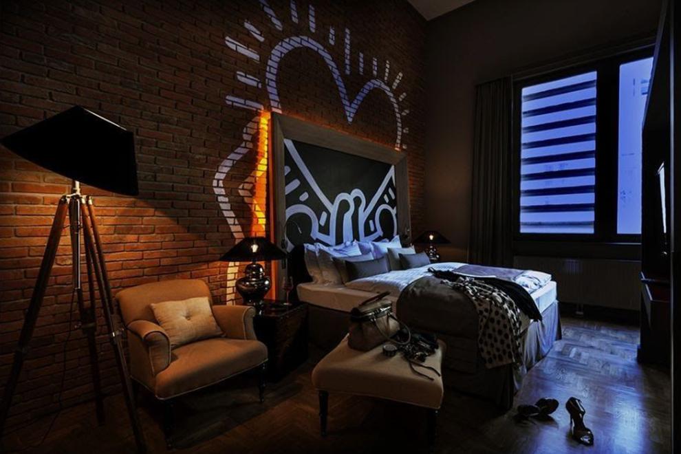 Реплика Кита Харинга в изголовье кровати в Отеле Бальтазар, Будапешт, Венгрия. фото